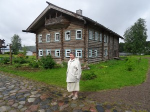 Wooden home in Mandrogy - with local peasant!
